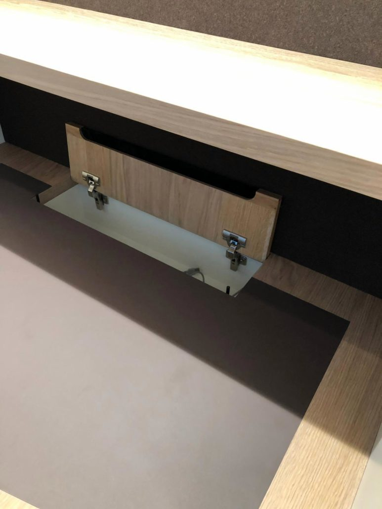 Schreibtisch mit eingebauter Klappe und Linoleumoberfläche von Zachi Wiedner Möbel&Raumdesign