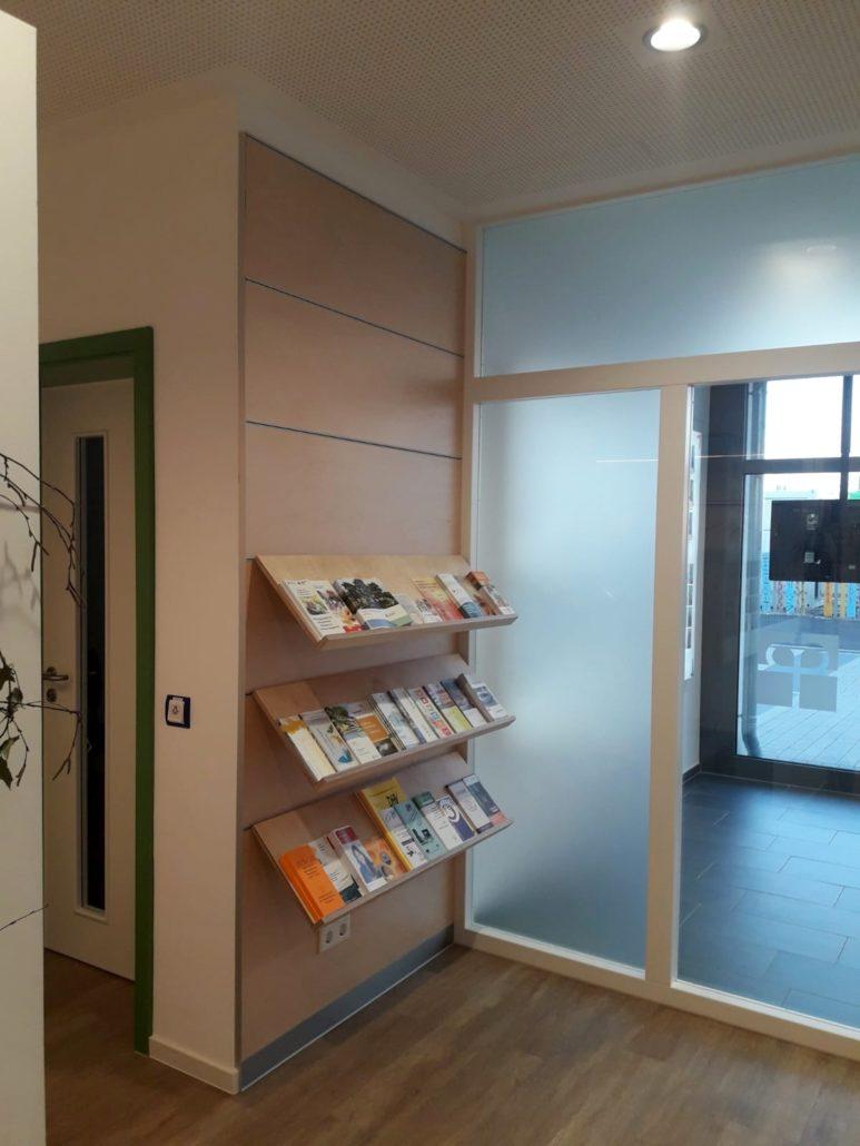 Prospekten Wand neben der Empfagstheke - Zachi Wiedner Möbel&Raumdesign